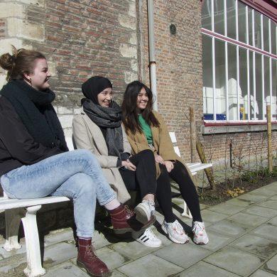3 vrouwen op een bank