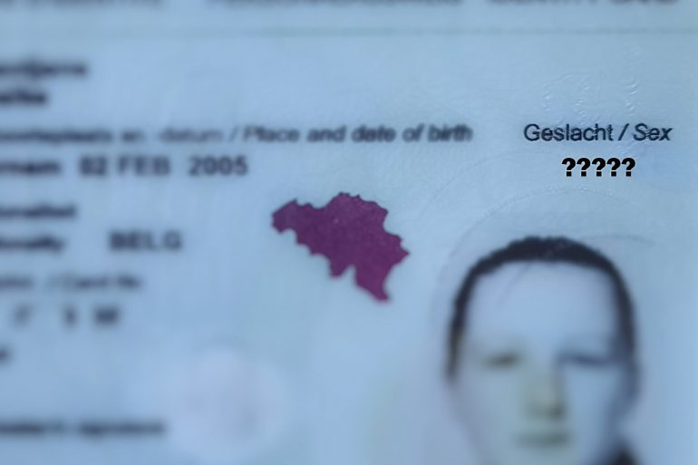 geblurde identiteitskaart met vraagtekens bij geslacht
