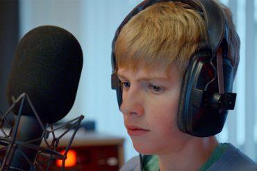 Felix (jongetje) met microfoon en koptelefoon