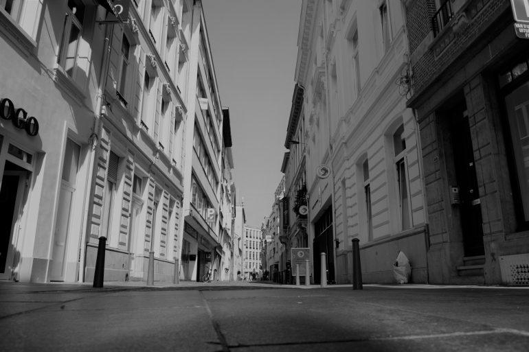 Zwart-witbeeld van lege straat in Antwerpen