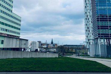 Contrast gebouwen en groen