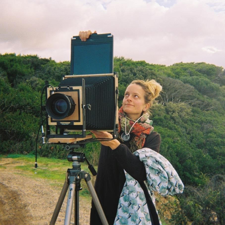 Laura Aubrée met analoge camera in natuur