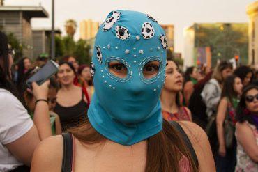 vrouw met blauw masker